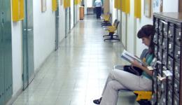 במסדרונות בית הספר לחינוך