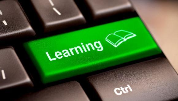 כפתור ירוק במקלדת עם טקסט Learning