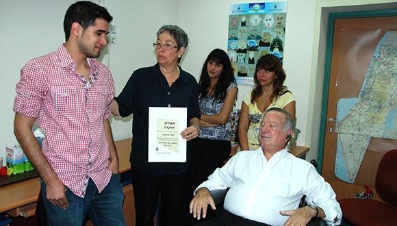 פרופ' דב לאוטמן מעניק תעודת הוקרה ביחידה לנוער שוחר מדע