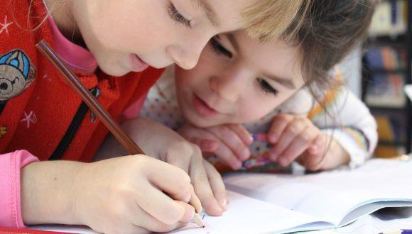 ילדות לומדות יחדיו