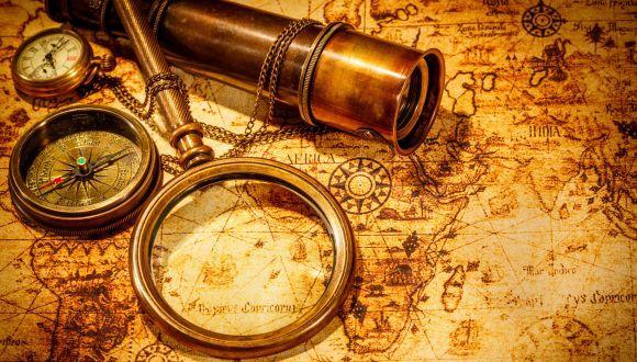 מפה עם זכוכית מגדלת וטלסקופ