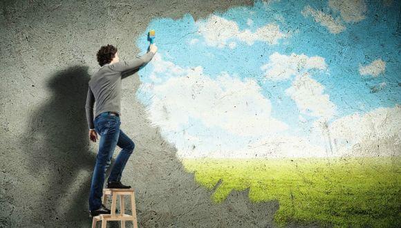 איש צובע שמיים על קיר