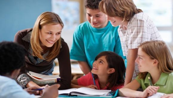 מורה עם תלמידים