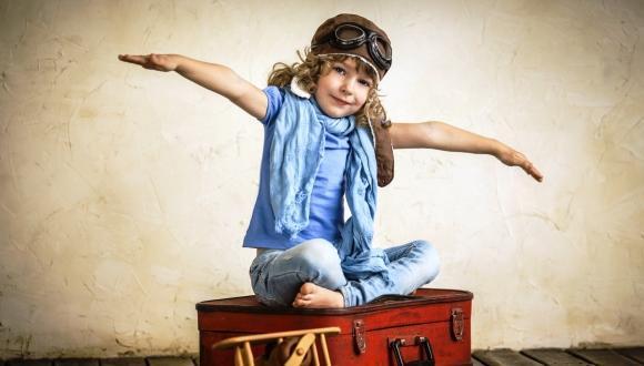 ילדה פורשת ידיים כמו טייסת